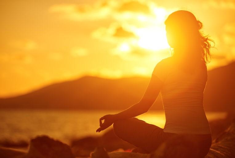 vrouw-mediteren-in-de-zon